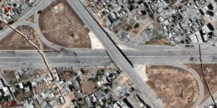 Trenches along the highway separating Damascus from its eastern suburbs. 20/7/2014.